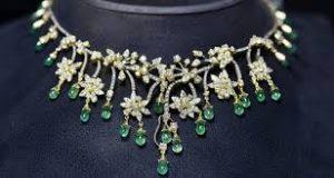 mücevherin kıyafet ile uyum sağlaması, mücevherlerin takılar arasındaki yeri, takı olarak mücevher kullanmak